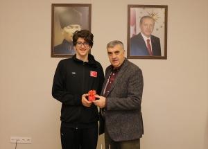 Milli yüzücü Batuhan, Başkan Toçoğlu'nu ziyaret etti