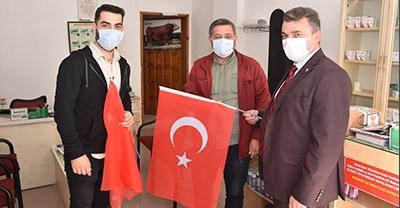 """""""Başkan Sarı, Esnaf ve Vatandaşlara Türk Bayrağı Dağıttı"""""""