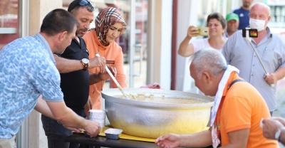 Huzur Ev Yemekleri'nden Aşure dağıtımı