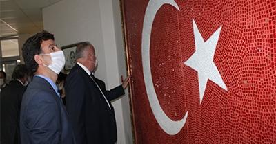 Söğütlü Kaymakamlığına Cam Mozaik Türk Bayrağı Asıldı