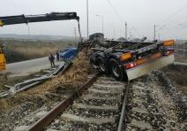 Sakarya'da süt tankeri devrildi: 2 ölü